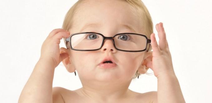 a460d68948834 Crianças podem precisar de óculos por vários motivos – alguns deles  diferentes dos problemas adultos. Considerando que a visão da criança está  em ...